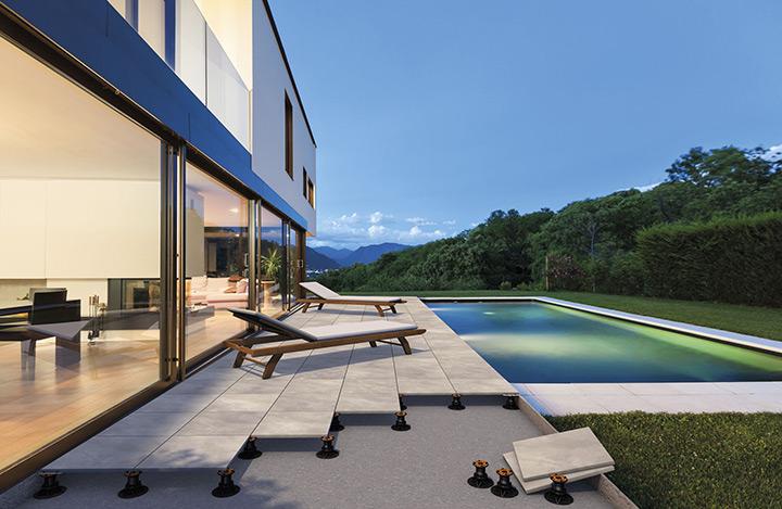 Terrazze, bordi piscina, passaggi pedonali e giardini pensili sono alcuni tra i progetti realizzabili con i supporti regolabili di PEDESTAL LINE